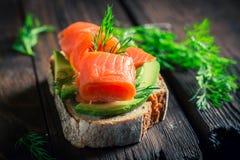 Zdrowa kanapka z avocado, koperem i łososiem, Zdjęcia Royalty Free
