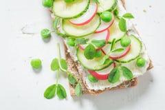 Zdrowa kanapka z avocado, śmietankowym serem i grochami, Obrazy Royalty Free