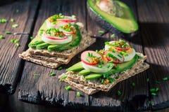 Zdrowa kanapka z avocado, rzodkwią i jajkami, Fotografia Royalty Free