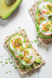 Zdrowa kanapka z avocado, szczypiorkiem i jajkami, Obraz Stock
