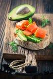 Zdrowa kanapka z avocadoa, łososiem i koperem, Obraz Royalty Free