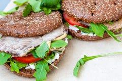 Zdrowa kanapka z babeczką, wołowiną i warzywami żyta, Obrazy Stock