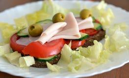 Zdrowa kanapka z baleronem, oliwkami, pomidorem i sałatą, Obraz Royalty Free