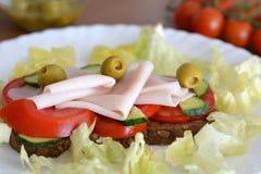 Zdrowa kanapka z baleronem, oliwkami, pomidorem i sałatą, Zdjęcia Royalty Free