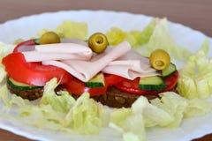 Zdrowa kanapka z baleronem, oliwkami, pomidorem i sałatą, Zdjęcie Royalty Free