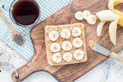 Zdrowa kanapka z crunchy masłem orzechowym, banan i chia, widziimy fotografia royalty free