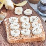 Zdrowa kanapka z crunchy masłem orzechowym, banan i chia, widziimy Zdjęcie Stock