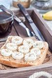 Zdrowa kanapka z crunchy masłem orzechowym, banan i chia, widziimy Zdjęcie Royalty Free