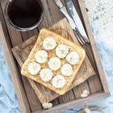 Zdrowa kanapka z crunchy masłem orzechowym, banan i chia, widziimy Obrazy Royalty Free
