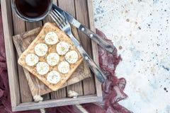 Zdrowa kanapka z crunchy masłem orzechowym, banan i chia, widziimy Obrazy Stock