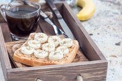 Zdrowa kanapka z crunchy masłem orzechowym, banan i chia, widziimy Fotografia Stock