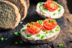 Zdrowa kanapka z fromage serem, czereśniowymi pomidorami i szczypiorkiem, Fotografia Royalty Free