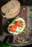Zdrowa kanapka z fromage serem, szczypiorkiem i czereśniowymi pomidorami, Obrazy Royalty Free