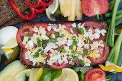 Zdrowa kanapka z jajkami i warzywami Zdjęcia Royalty Free