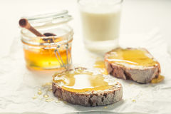 Zdrowa kanapka z miodem dla śniadania z mlekiem Fotografia Royalty Free