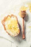 Zdrowa kanapka z miodem i wholegrain chlebem Obrazy Royalty Free