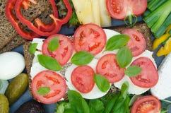 Zdrowa kanapka z mozzarellą, pomidorem i basilem, Fotografia Royalty Free