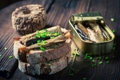 Zdrowa kanapka z sardynkami, szczypiorkiem i wholegrain chlebem, Obraz Stock