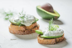 Zdrowa kanapka z tzatziki avocado i kumberlandem Obrazy Stock