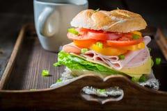 Zdrowa kanapka z warzywami i baleronem w ranku Obrazy Stock