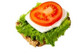 Zdrowa kanapka z wholegrain chlebem, białym serem i dojrzałym czerwonym pomidorem, Zdjęcie Stock
