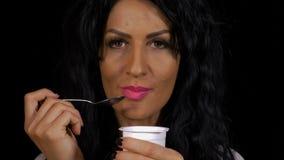 Zdrowa kobieta je świeżego jogurtu niskiego caloric jedzenie zbiory