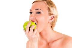 Zdrowa kobieta je zielonego jabłka fotografia stock