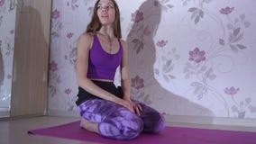 Zdrowa kobieta robi sedno ćwiczeniom zdjęcie wideo