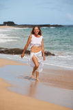 Zdrowa Kobieta target235_0_ na Plaży Zdjęcia Royalty Free