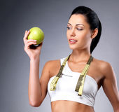 Zdrowa kobieta z jabłkiem i butelką woda Zdjęcie Royalty Free