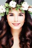 Zdrowa kobieta z Jasną skórą, Długim Błyszczącym włosy i Bawełnianym kwiatem, obrazy stock