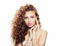 Zdrowa kobieta z jasną skórą i doskonalić kędzierzawego włosy obrazy stock