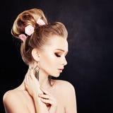 Zdrowa kobieta z Makeup i Bridal fryzura z kwiatami Obraz Stock