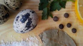 Zdrowa kuchnia: jajka, zielenie, pikantność, pietruszka, cytryna, chili, podpalany liść, sól na widok Tło naturalny Fotografia Royalty Free