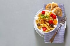 Zdrowa lata światła makaronu sałatka z świeżymi surowymi pomidorami, anchov Obrazy Stock