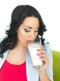 Zdrowa młoda kobieta Pije szkło mleko Zdjęcie Royalty Free