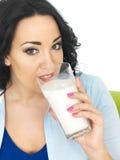 Zdrowa młoda kobieta Pije Wielkiego szkło mleko Zdjęcia Stock