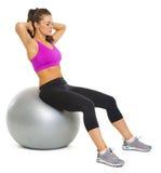 Zdrowa młoda kobieta robi ćwiczeniu na sprawności fizycznej piłce Obrazy Royalty Free
