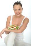 Zdrowa młoda kobieta Trzyma talerza kurczak sałatka Obraz Stock