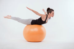 Zdrowa młoda sportsmenka robi ćwiczeniom zdjęcie royalty free