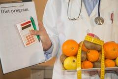 Zdrowa naturalna żywności organicznej dieta, dojrzałego żniwa Owocowy skład, pomiarowa taśma, kalkulator z dieta planem Obrazy Stock