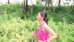 Zdrowa piękna młoda Azjatycka biegacz kobieta odziewa biegać i jogging na ulicie w miastowym miasto parku w sportach zbiory