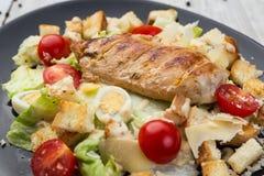 Zdrowa Piec na grillu kurczaka Caesar sałatka z serem, Croutons i C, zdjęcie stock