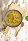 Zdrowa pieczarkowa polewka z warzywami, serem i greenery, Zdjęcia Royalty Free