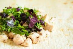 Zdrowa przekąska, sprawność fizyczna lunch Gotujący zawijającego kanapek gyros †' obrazy royalty free