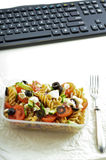 Zdrowa przekąska w biurze - talerz świeża sałatka Zdjęcia Stock