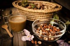 Zdrowa przekąska z kawą na wieśniaka stole indoors na jesieni Zdjęcie Stock