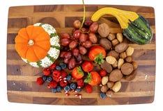 Zdrowa przekąski deska z owoc, baniami i dokrętkami, Zdjęcia Royalty Free