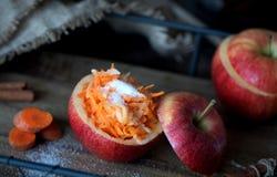 Zdrowa sałatka marchewki i jabłka Zdrowy deser Obrazy Stock