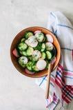 Zdrowa sałatka od świeżych warzyw Zamyka up ogórek i akademie królewskie Zdjęcia Royalty Free